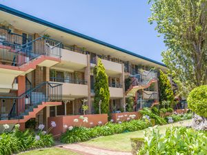 38491PRIME LOCATION – WALKING DISTANCE TO HILLARYS BOAT HARBOUR AND BEACH