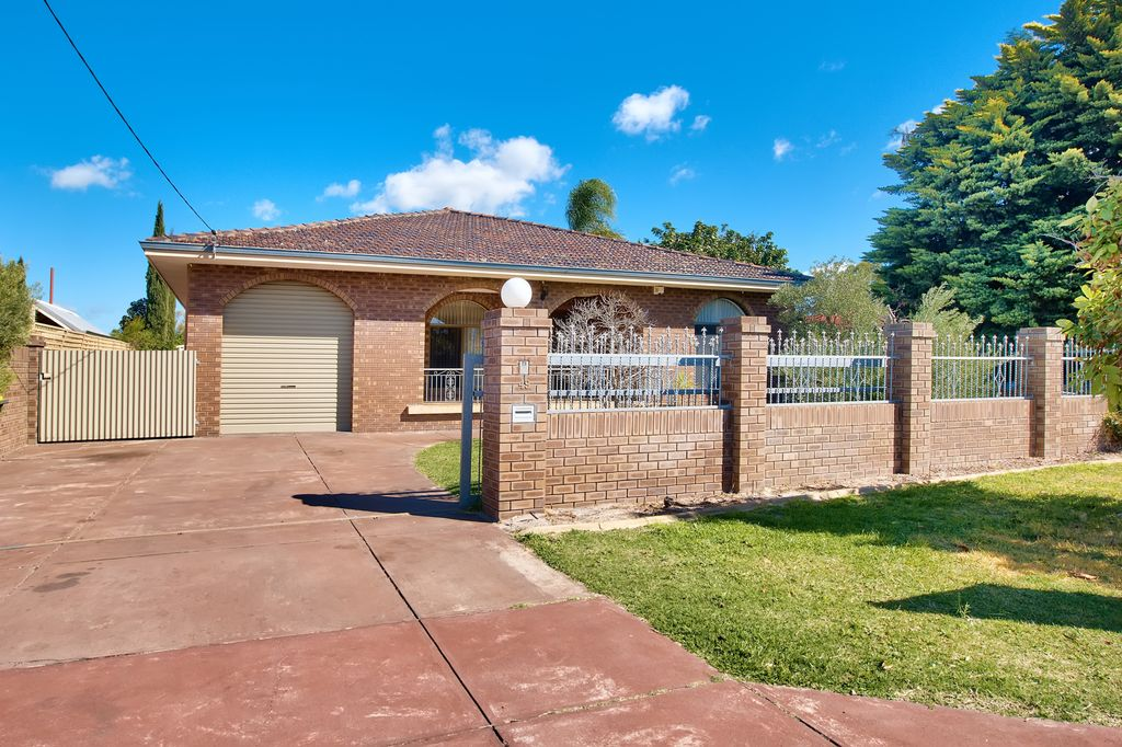 PERFECT FAMILY FRIENDLY HOME IN A SUPERB LOCATION!