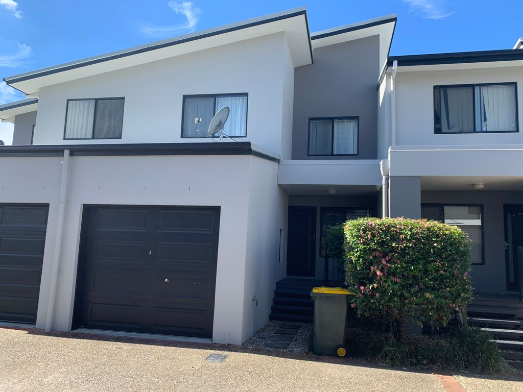 Lovely 2 bedroom townhouse in gated complex.