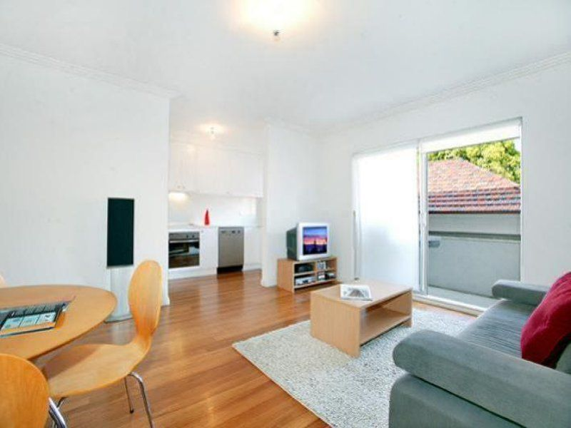 MODERN TWO BEDROOM APARTMENT WITH LOCK UP GARAGE