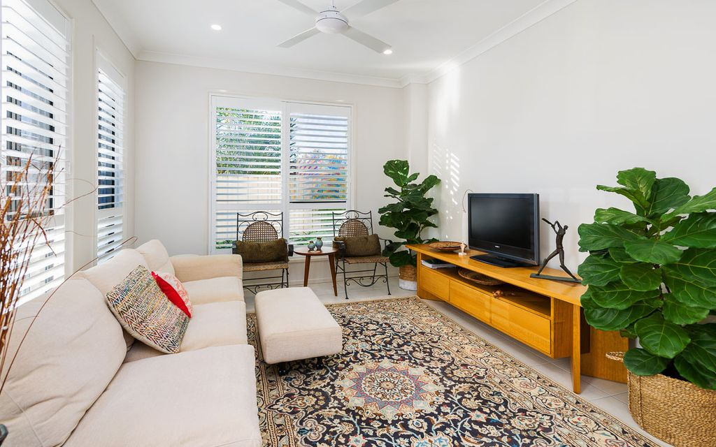 EXECUTIVE MODERN LIVING CLOSE TO THE BROADWATER
