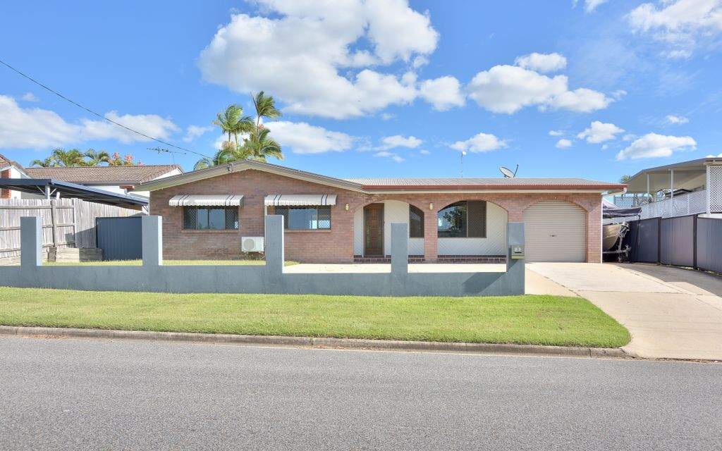 Lovely lowset home in Clinton with side access and shed!