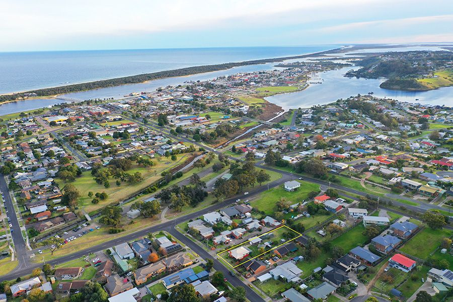 TOWNSHIP LAKES ENTRANCE. WALKING DISTANCE TO BEACH, SHOPS AND SCHOOLS.