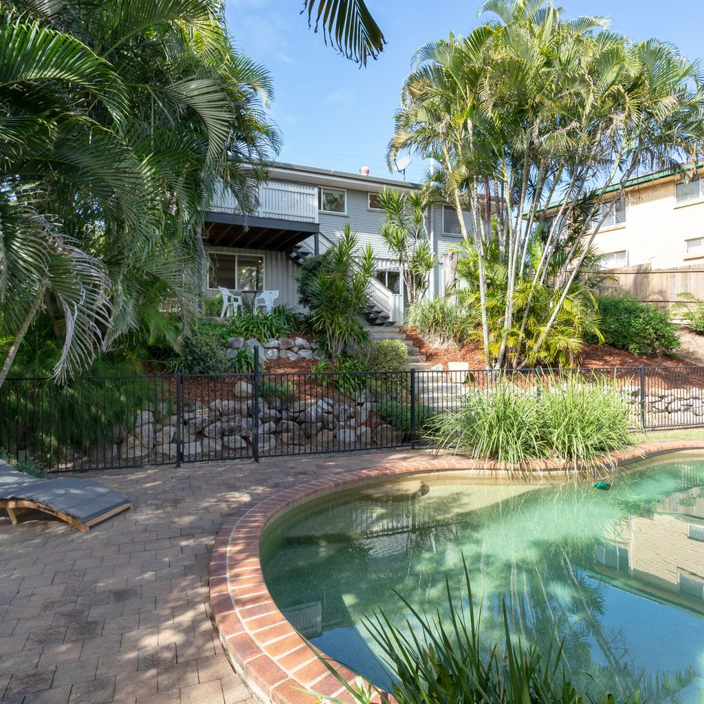 Spacious Living, Sparkling Pool & Deck with Amazing Views