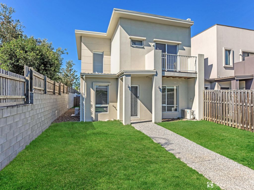 STYLISH TOWNHOUSE IN A CONVENIENT LOCATION – 3 BEDROOMS PLUS STUDY AND STORAGE