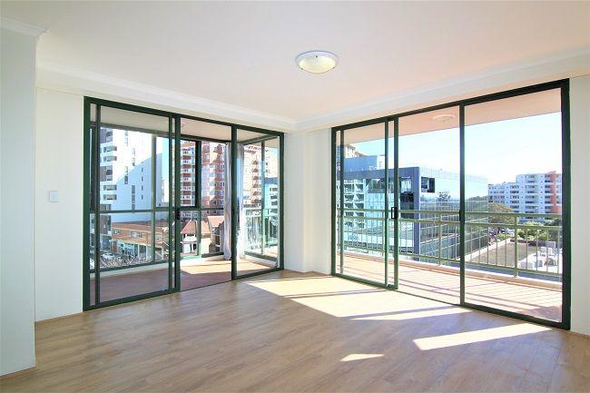 Top-floor renovated 3-bedroom apartment with floorboard
