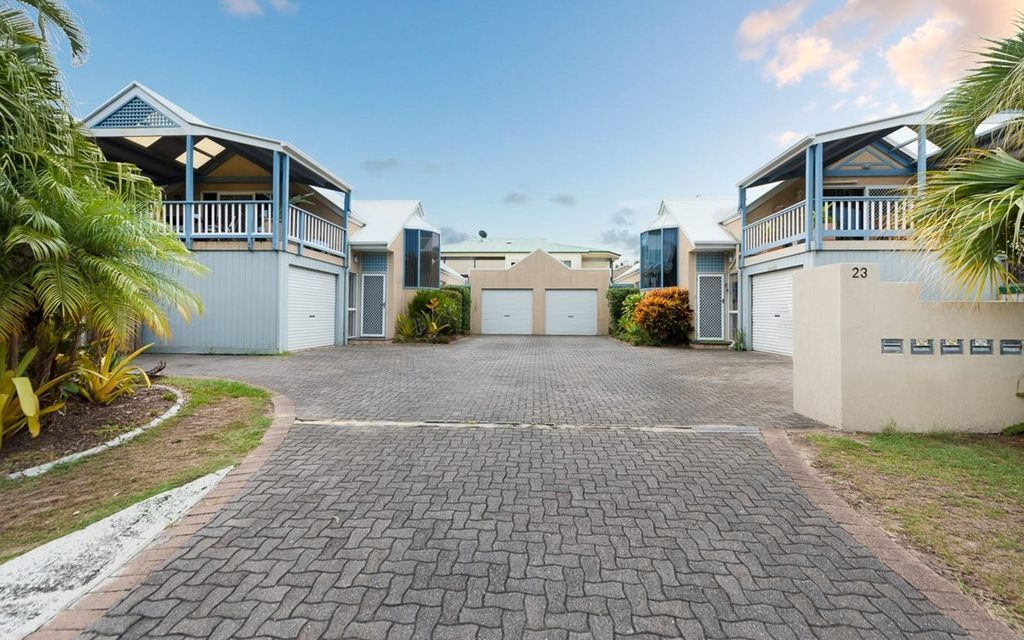 Private Townhouse within walking distance to the beach!