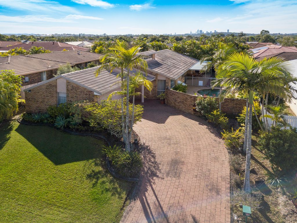 FAMILY HOME IN SOUGHT AFTER BURLEIGH WATERS