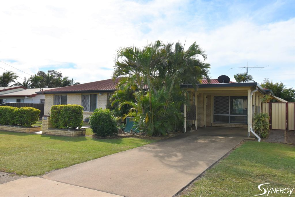ENTERTAINERS DELIGHT 3 BEDROOM 1 BATHOOM WITH A BEAUTIFUL SALT WATER INGROUND SWIMMING POOL