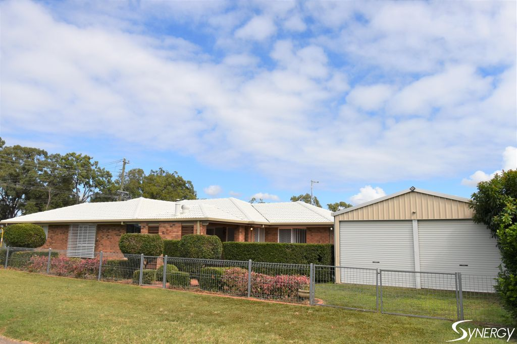 THE PERFECT FAMILY HOME 4 BEDROOM 2 BATHROOM 4 CAR ACCOMMODATION