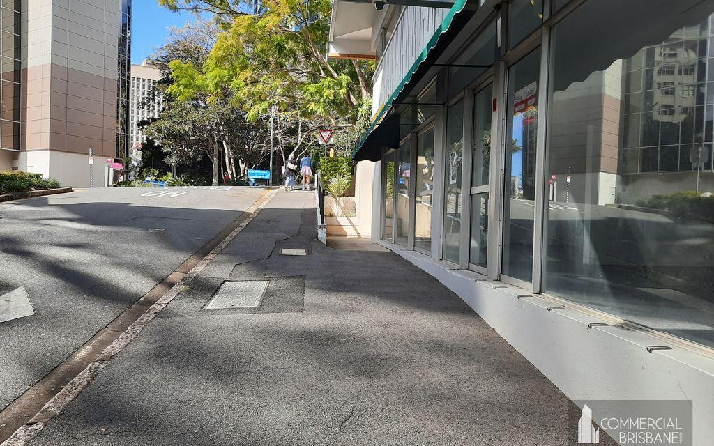 Large Corner Shop / Showroom 171 m2