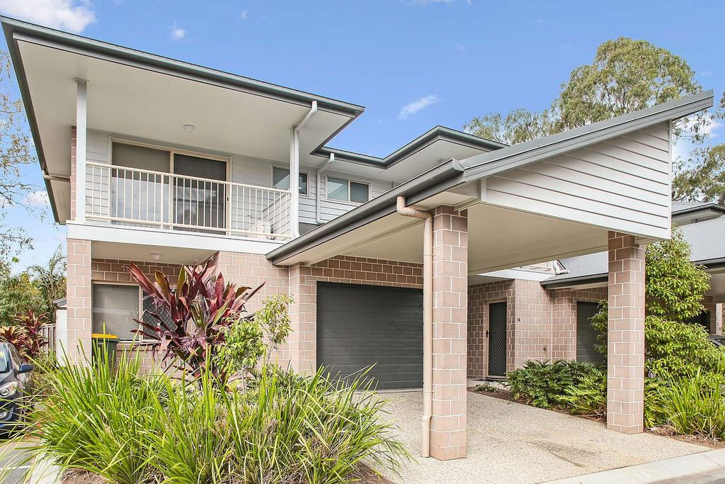 """""""FANTASTIC LARGE TOWNHOUSE IN POPULAR BRACKEN RIDGE ! – OUTDOOR ENTERTAINING AREA WITH FULLY FENCED YARD !"""""""