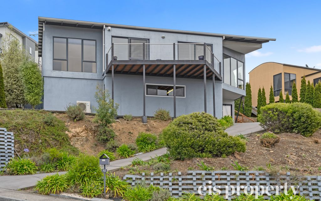 Three Bedroom Home With Sweeping River Views