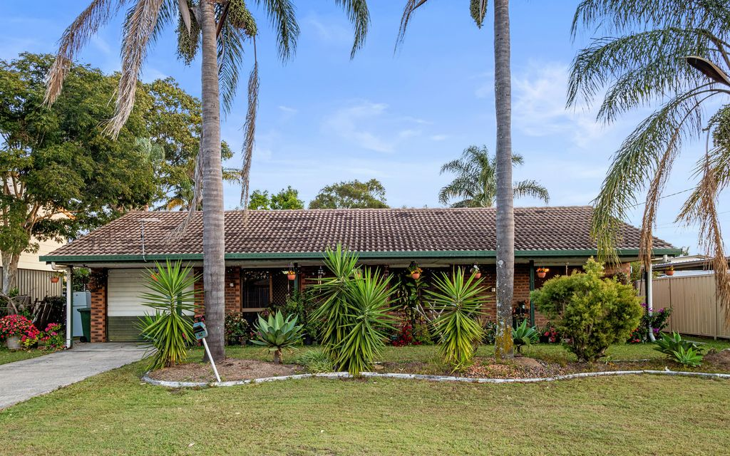 LOWSET BRICK HOME ON SPACIOUS FLAT 766M2 BLOCK WITH COUNCIL APPROVAL TO BUILD A GRANNY FLAT.