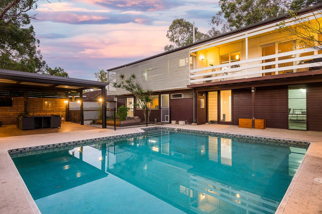 FAMILY HOME – Entertainer's Delight In Private Bushland Setting