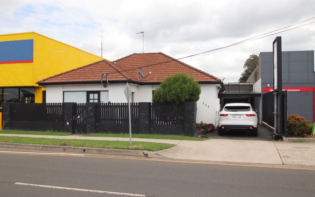 Residence suitable for Office/consult rooms + Large Warehouse at rear