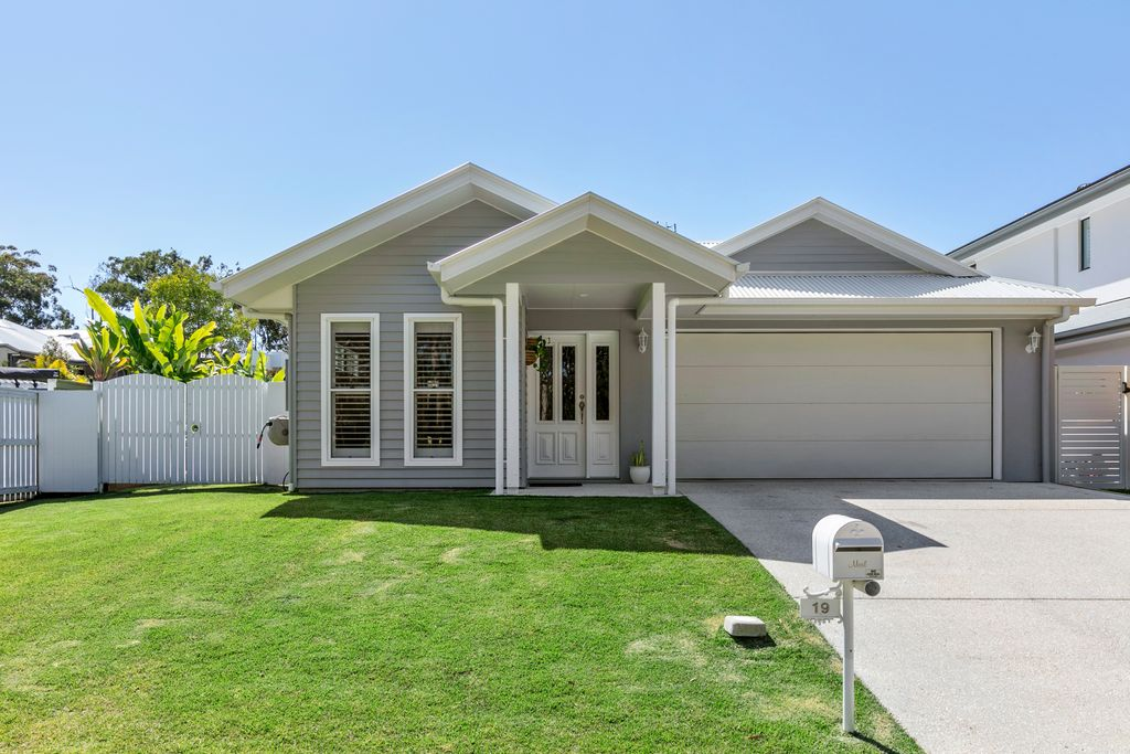 APPLICATION APPROVED- Stylish and Modern Fully-Furnished Family Home