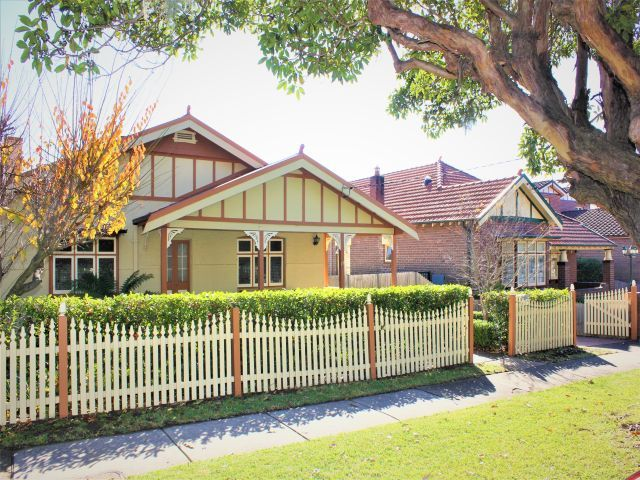 Large Californian Bungalow or Duplex site subject to council approval!