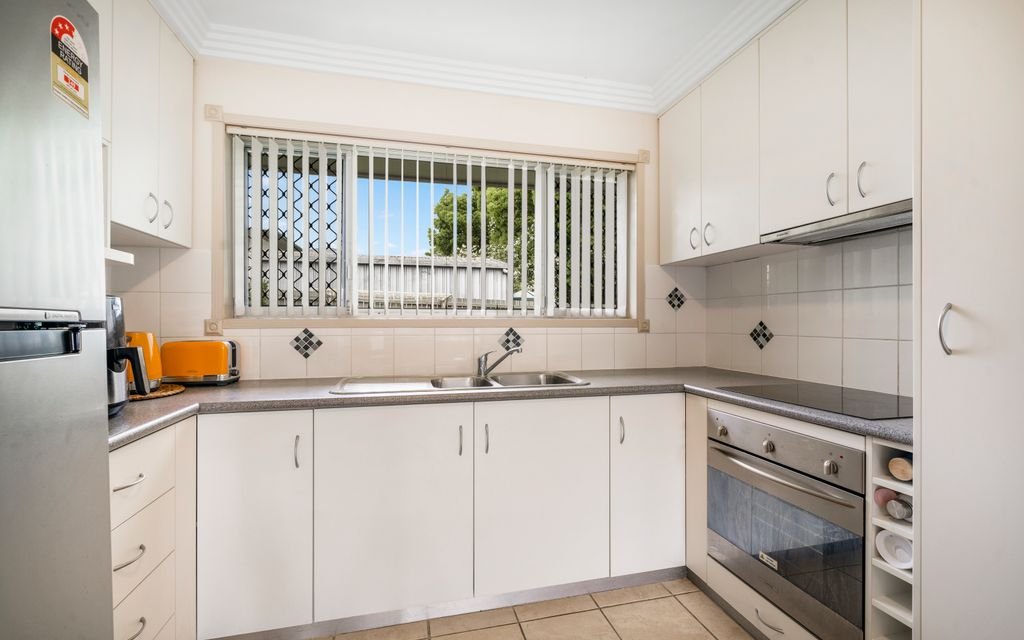 Delighful Ground Floor Upgraded Unit in Top Location!!