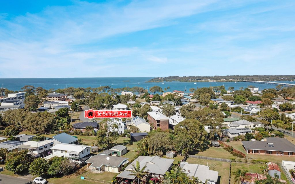 UNDER OFFER! FANTASTIC OPPORTUNITY TO LIVE BY THE WATER!