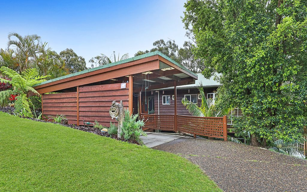 FABULOUS 4 BEDROOM, POLE HOUSE WITH VIEWS!