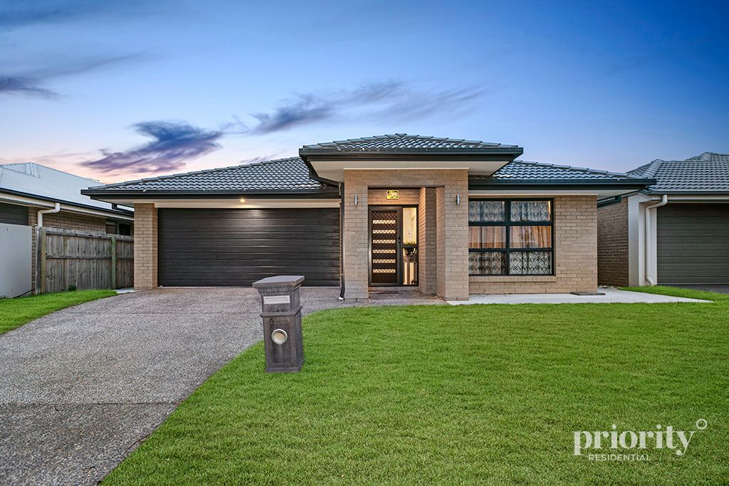 NEARLY NEW NORTH FACING METRICON HOME NEAR LAKE & DUCTED AIR CONDITIONING!