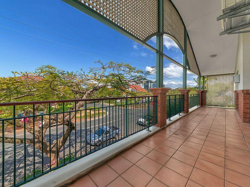 LEAFY, 1ST FLOOR APARTMENT IN ULTRA CONVENIENT RACECOURSE ROAD LOCATION