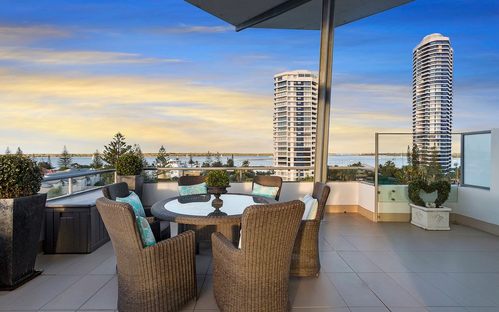 SPECTACULAR BROADWATER PENTHOUSE WITH SENSATIONAL PANORAMIC VIEWS – GENUINE VENDOR INSTRUCTS URGENT SALE