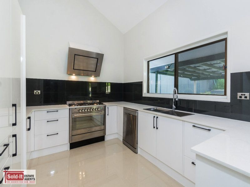 RENOVATED FAMILY HOME IN CENTRAL ALBANY CREEK!