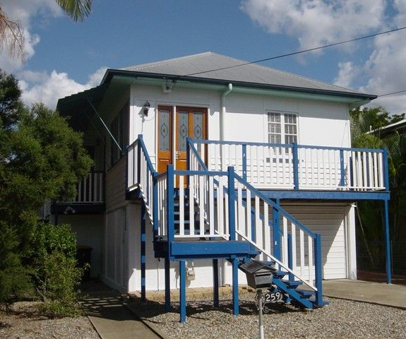 RENOVATED HOME WITH A POOL IN THE HEART OF GRACEVILLE