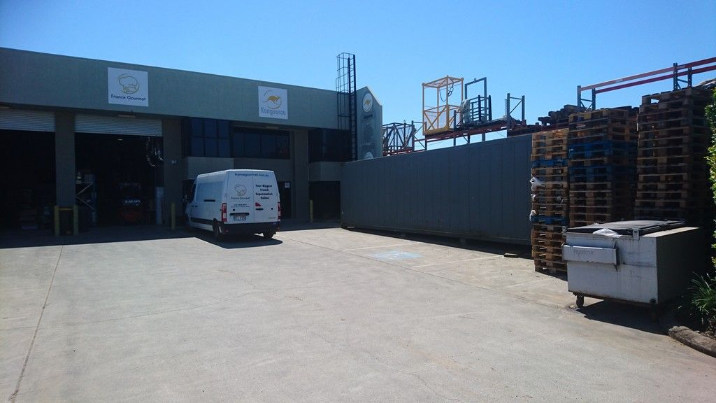 Dual warehouse and office in freestanding location