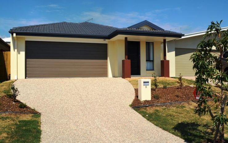 MODERN 4 BEDROOM FAMILY HOME WITH SEPARATE STUDY AREA. CLOSE TO SCHOOLS, TRANSPORT, SHOPS AND RESTAURANTS