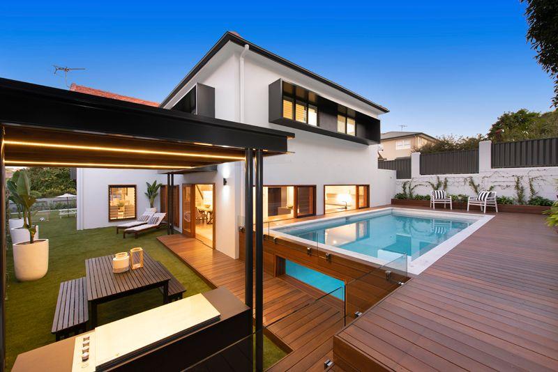 Hamilton Showpiece with Exquisite Architectural Style