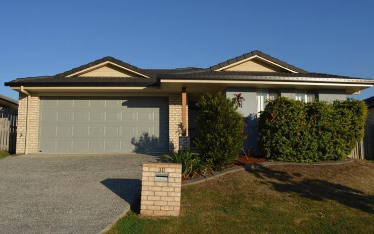 LARGE 4 BEDROOM FAMILY HOME WITH EASY ACCESS TO THE BRUCE HWY. CLOSE TO SHOPS, SCHOOLS AND PUBLIC TRANSPORT