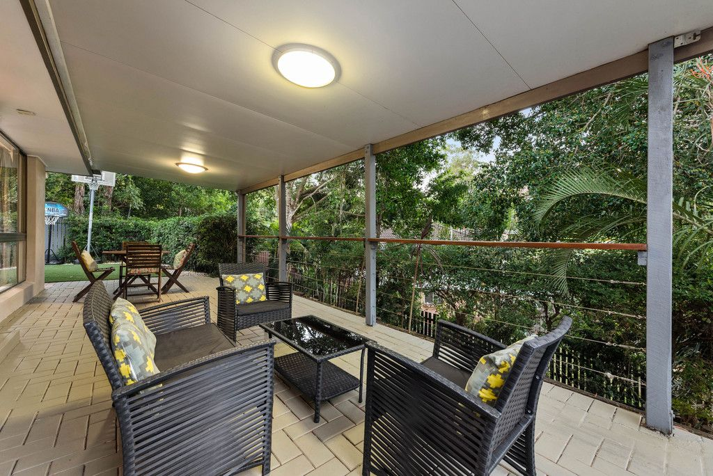 Modern Lowset living with Leafy Views
