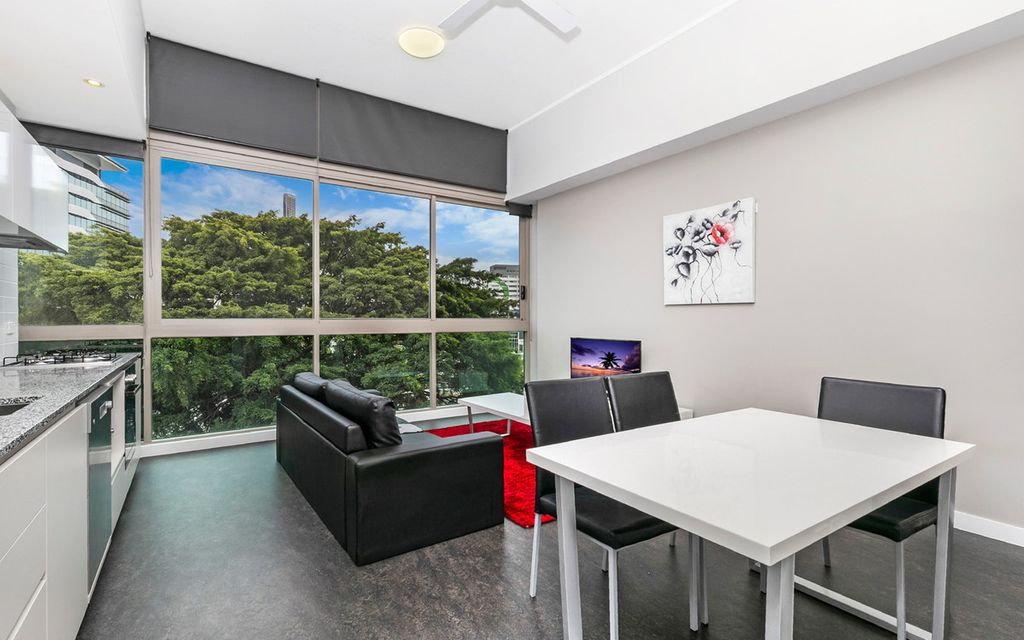 A Quiet Location with City Lifestyle, Fully Furnished, short stroll to James St, Emporium and Chinatown