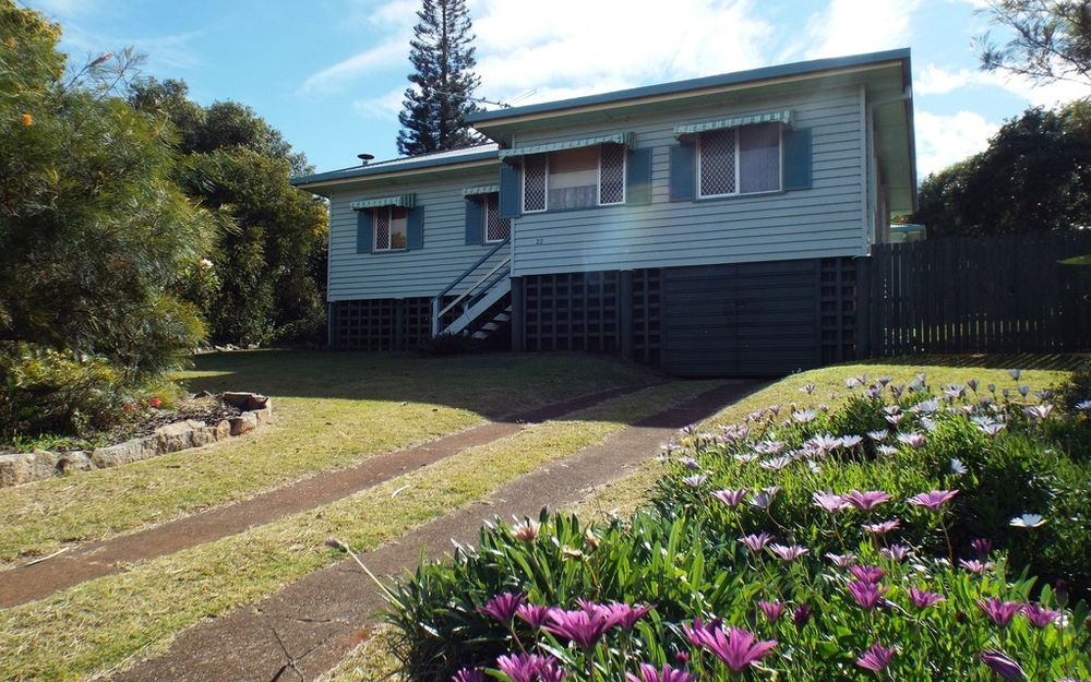 LARGE HOME – GREAT POSITION ON THE HILL – QUIET STREET