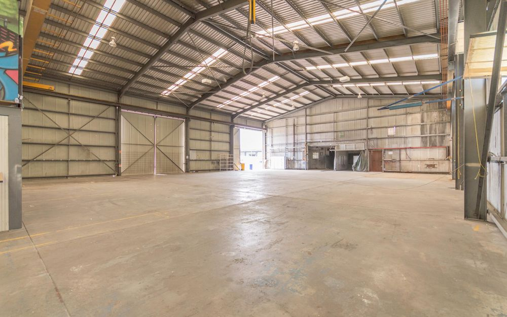 Act Now! – Excellent Industrial Warehouse with 5 Tonne Gantry Crane