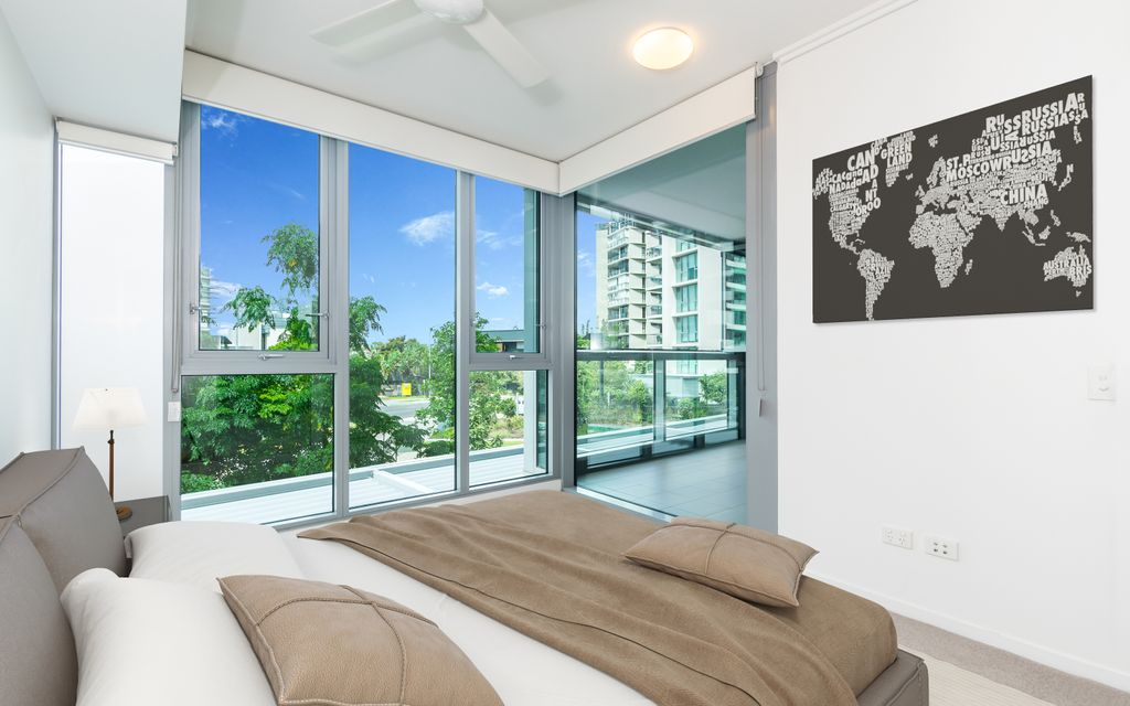 IMMACULATE, RESORT STYLE APARTMENT – FACING THE WATER!
