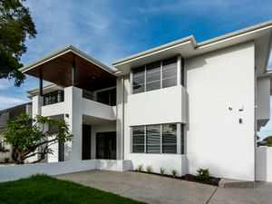 13933RENOVATED TOWNHOUSE IN CONVENIENT LOCATION