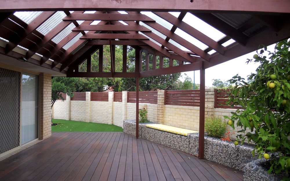 SPACIOUS 2 x 1 HOME WITH GREAT OUTDOOR ENTERTAINING AREA!