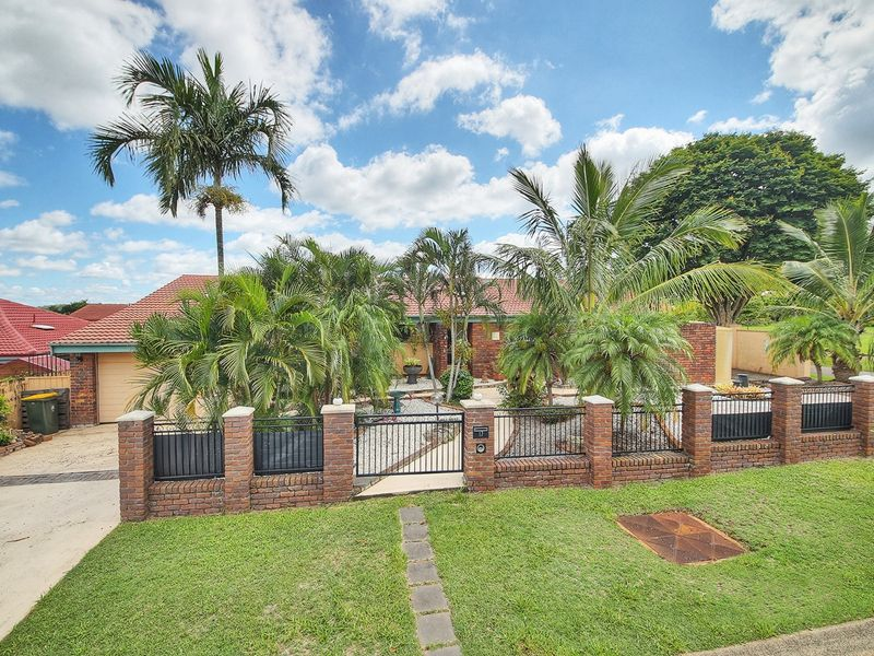 Elegant Home in Robertson State School Catchment
