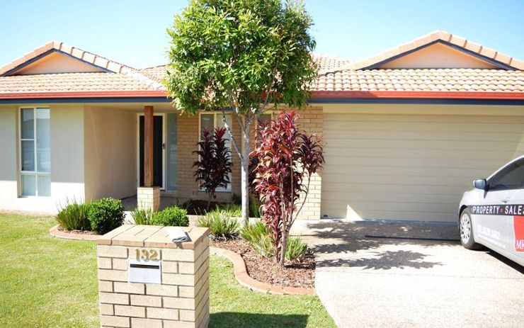 LARGE 4 BEDROOM FAMILY HOME WITH OPEN KITCHEN LIVING DINING THAT OPENS OUT ON TO ALFRESCO DINING AREA.