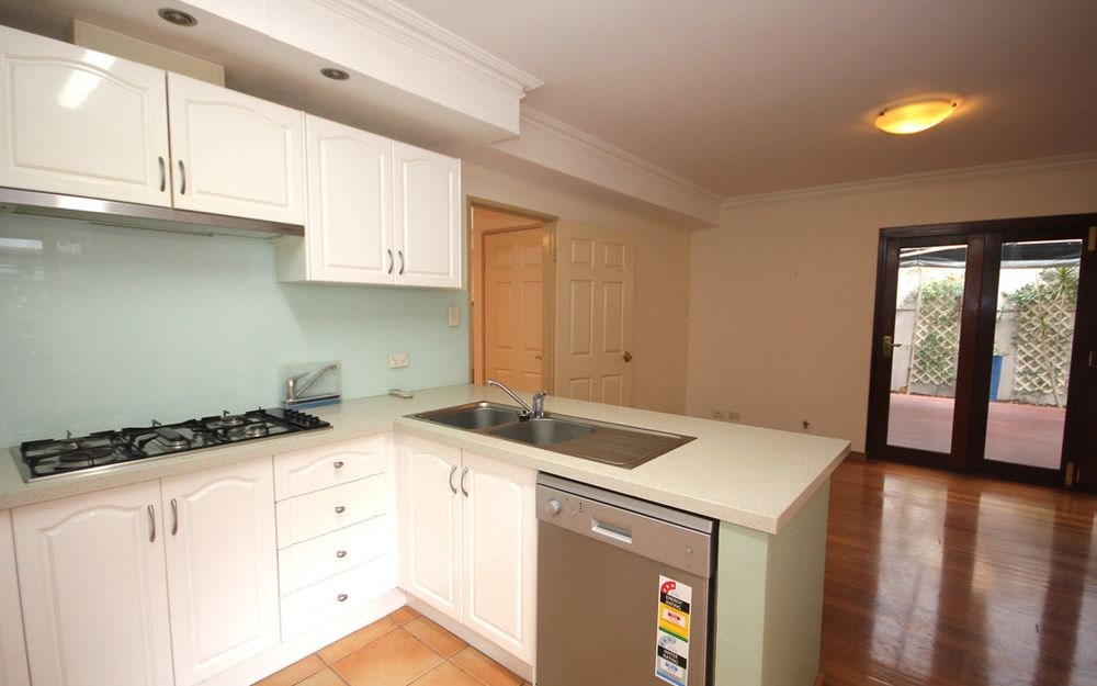 GREAT LOCATION! IMPRESSIVE 3 x 2 DOUBLE STOREY TOWNHOUSE, CLOSE TO RIVER & CBD!