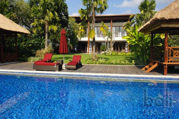 A Stunning Modern Three Storey Beachside Villa