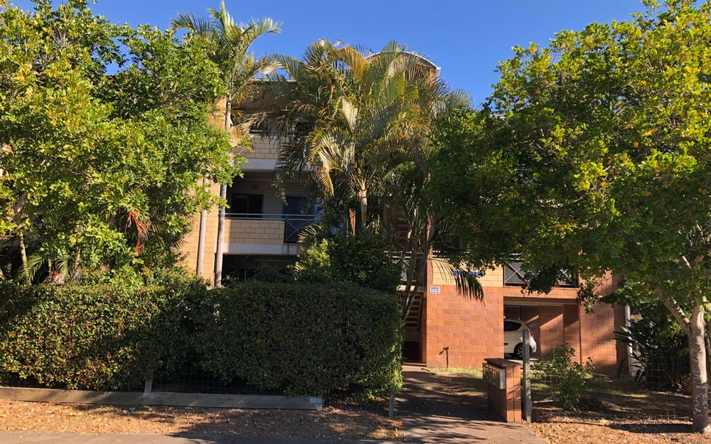 Lovely large top floor Unit with private balcony-Walking distance to UNI/TAFE/HOSPITAL