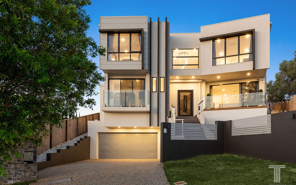 Exceptional Tri-Level Home in an Exclusive Carindale Pocket