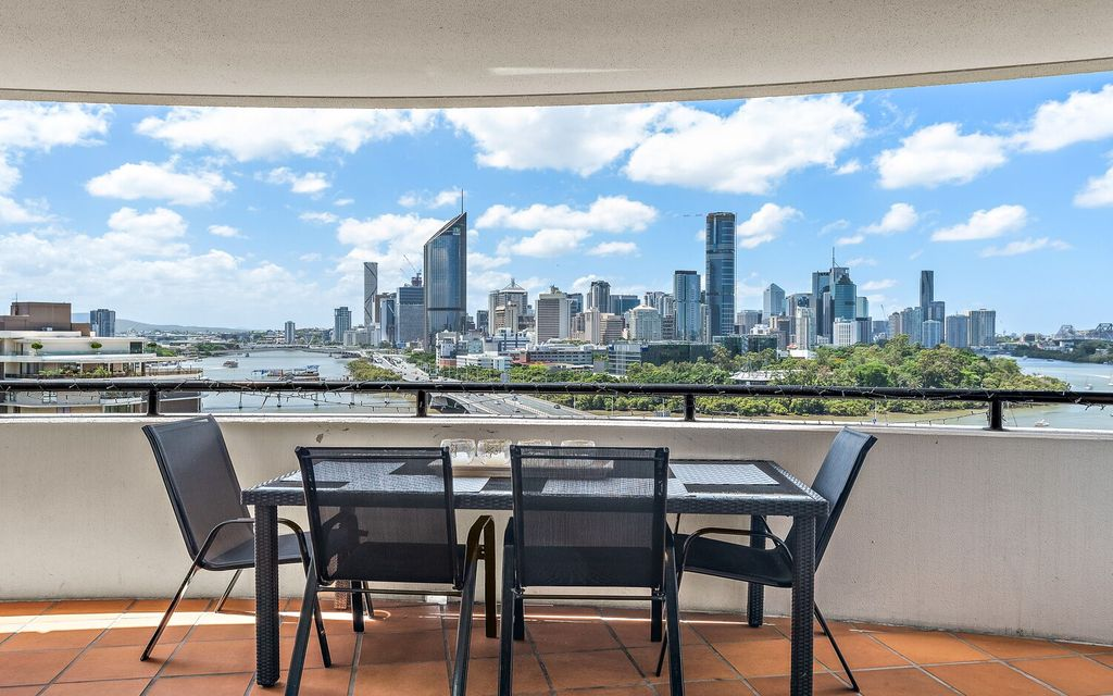 THIS APARTMENT HAS THE WOW FACTOR WITH ITS MAGNIFICENT PANORAMIC VIEWS