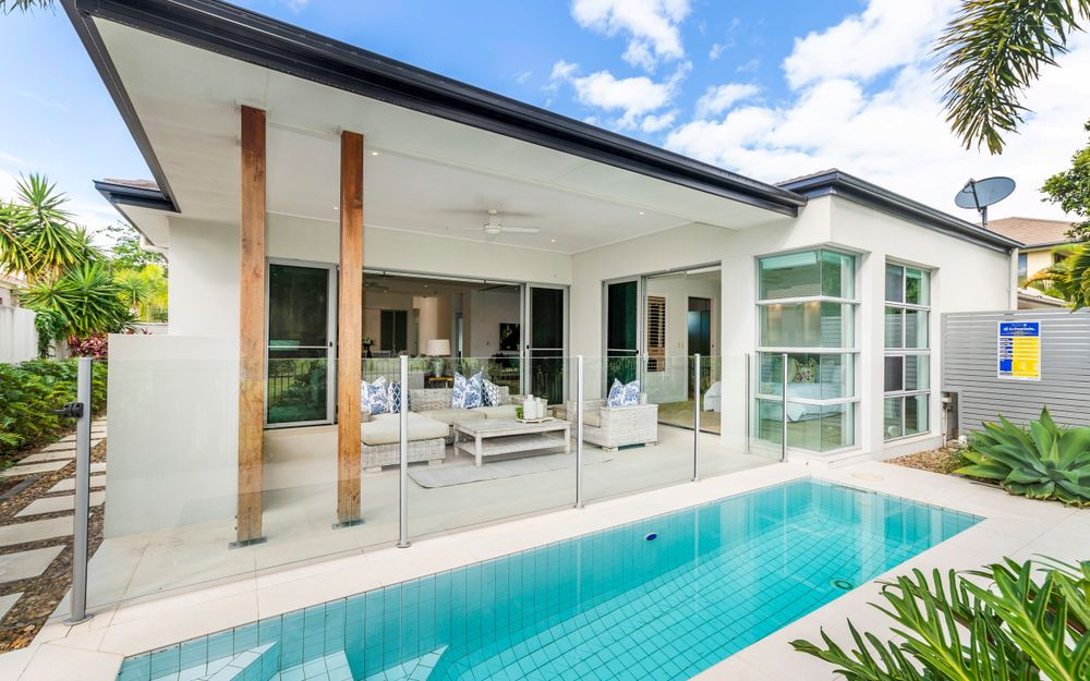 GOLF FRONTAGE! LOVELY FAMILY HOME WITH A PLUNGE POOL