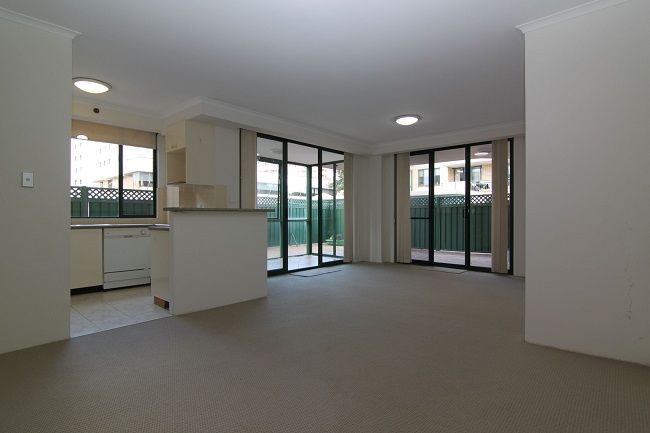 Oversized 1-bedroom apartment with sunroom and courtyard